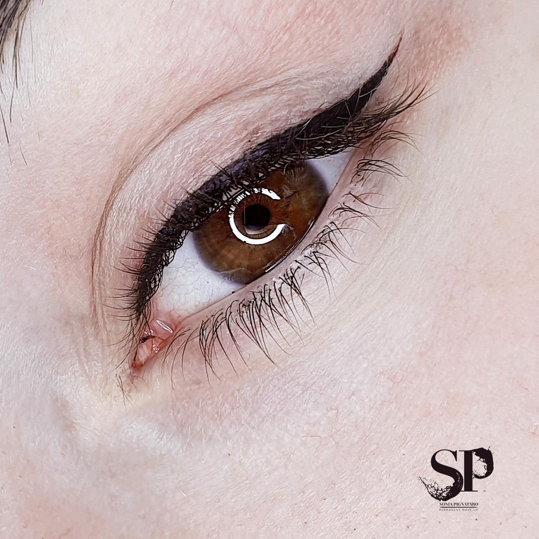 eyeliner grafico realizzato con il trucco permanente